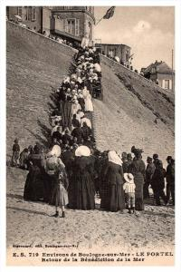 19390  French people walking to church