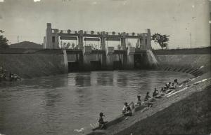 indonesia, JAVA, Native Women Washing River Dam Lock (1930s) RPPC Postcard