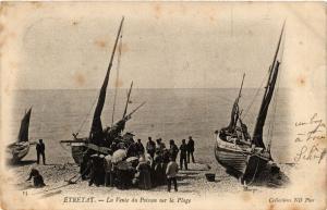CPA ETRETAT-La Vente du Poisson sur la Plage (347737)