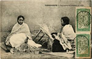 CPA TANANARIVE Fabrication de Chapeaux de paille MADAGASCAR (709627)
