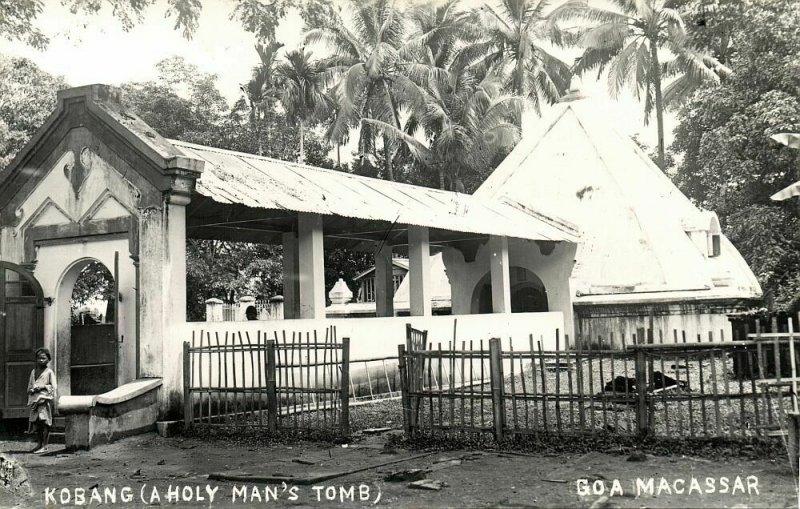 indonesia, CELEBES SULAWESI MAKASSAR, Kobang, Holy Man's Tomb (1920s) RPPC
