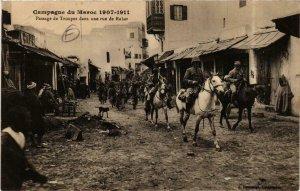 CPA AK RABAT Passage de Troupes dans une rue de RABAT MAROC (689955)