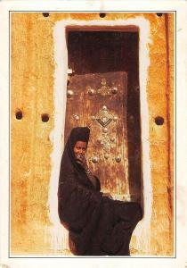 BT11613 Mauntanienne assise sur le pas de sa porte a Oualata     Mauritania