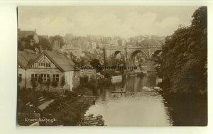 tp7272 - Yorkshire -General Viiew of Knaresborough & Bridge over River- postcard