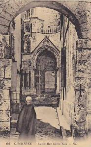 Old Lady, Vieille Rue Saint-Yves, Chartres (Eure-et-Loir), France, 1900-1910s