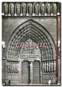 Postcard Modern Paris while strolling the Portal of Notre Dame