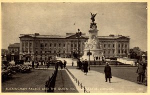 Buckingham Palace,Queen Victoria Statue,London,England,UK