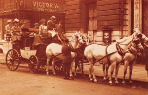 Postcard Nostalgia 1910 Horse-Drawn Carriage Victoria Hotel LONDON Repro Card