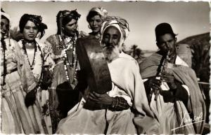 CPA Scenes & Types Groupe de danseuses Ouled Nails Algerie (735758)