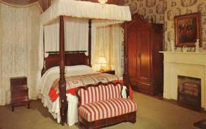 MS - Natchez. Twin Oaks, Bedroom