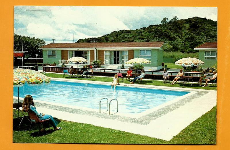 NEW ZEALAND VINTAGE POSTCARD-USED-WAITANGI MOTEL-TII BEACH