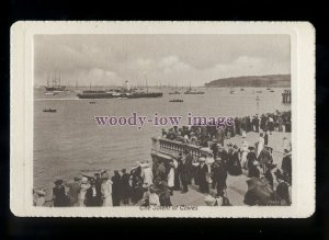 h2200 - Isle of Wight - Watching Ships off the busy Parade, at Cowes - postcard