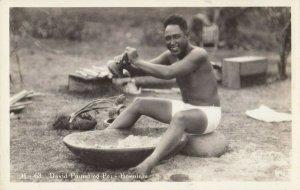 RP ; HONOLULU , Hawaii, 1920-30s ; David pounding Poi