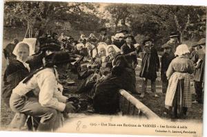 CPA Une noce aux Env. de VANNES - Les invites (193011)