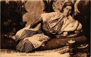 CPA Tanger Femme Arabe chez elle MAROC (688396)