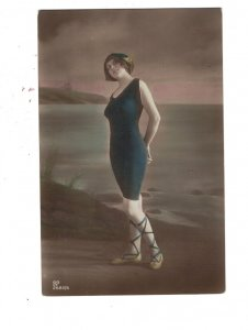 HI1085 VICTORIAN BATHING BEAUTY IN BLUE SWIMSUIT AT THE SEASIDE
