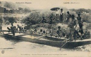 Laos Sur le Mékong Grande Pirogue désarmée pour le passage d'un rapide 03.77