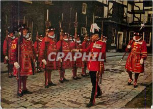 Postcard Modern Yeomen Warders at the Tower of London Militaria
