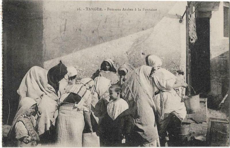 Morocco Tangier Tanger Femmes Arabes a la Fontaine 01.24