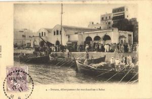 CPA Maroc Rabat Douane, débarquement des marchandises á Rabat (31368)