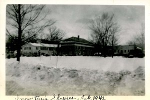 NH - North Conway, Feb 1942. Slopies from the Snow Train across the Common(...
