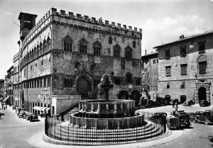 Italy Perugia The Maor Fountain and the Town Hall Der grosste Brunnen Rathaus