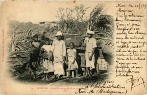 CPA NOSSI-BE Famille indigene allant au marche MADAGASCAR (709619)