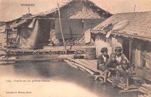 Famille sur une paillotte flottante Tonkin Vietnam, Viet Nam Unused