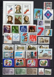 POLAND 1975 YEAR SET OF 32 STAMPS & S/S MNH