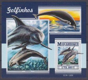 2015 Mozambique 8178/B1075 Marine fauna - Dolphins 10,00 €