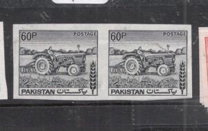 Pakistan SG 472a, 60P Tractor Imperf Pair MNH (8dkv)