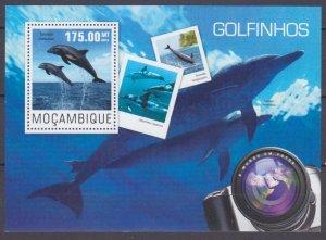 2014 Mozambique 7629/B965 Marine fauna - Dolphins 10,00 €