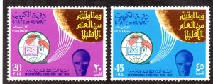 KUWAIT 479-480 MNH SCV $2.25 BIN $1.35 EDUCATION