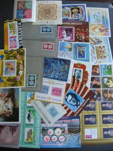 SOUVENIR SHEETS wee hoard 24 all different worldwide