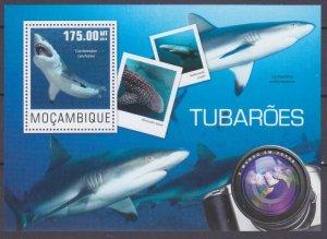 2014 Mozambique 7574/B954 Marine fauna - Sharks 10,00 €