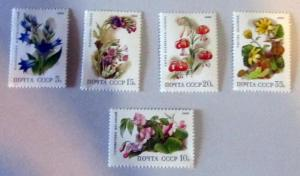 Russia- 5687-91, MNH Set. Flowers. SCV - $2.80