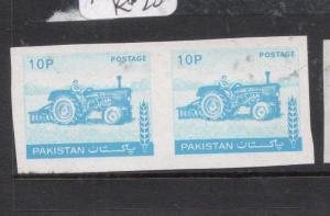 Pakistan SG 467a, 10P Tractor Imperf Pair MNH (8dkv)