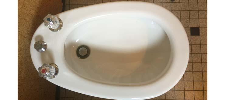 Pose d'un robinet mélangeur de bidet fourni par le client