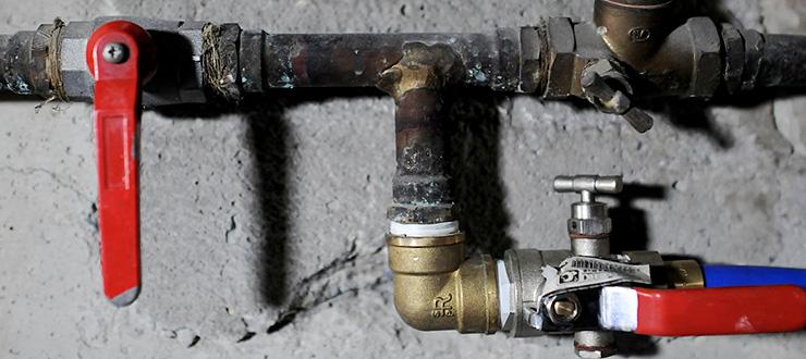 Réparation d'une fuite de la vanne principale de l'appartement : robinet arrêt