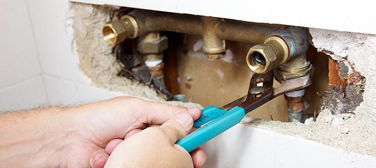 Réparation fuite intérieure encastrée sur canalisation d'alimentation comprenant découpe & rebouchage