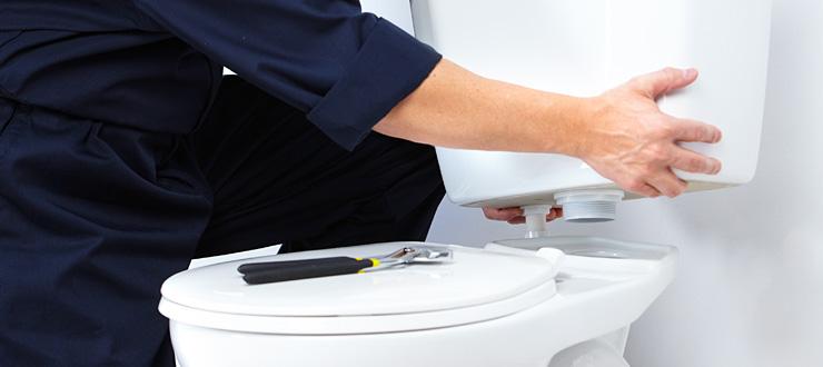 Réparation d'une fuite entre la cuvette et le réservoir du WC posé