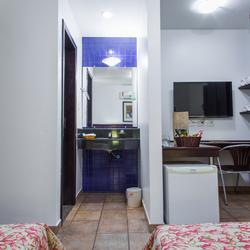 Armário, Mesa de trabalho, TV LED 40pol, lavabo e frigobar
