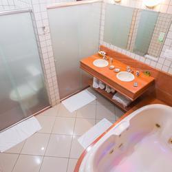 Áreas de chuveiro e vaso sanitário separadas