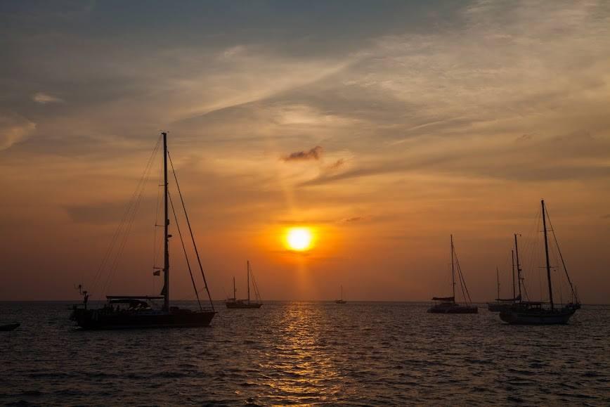 ทัวร์ล่องเรือใบ Catamaran สุดหรู ดูดวงอาทิตย์ตก