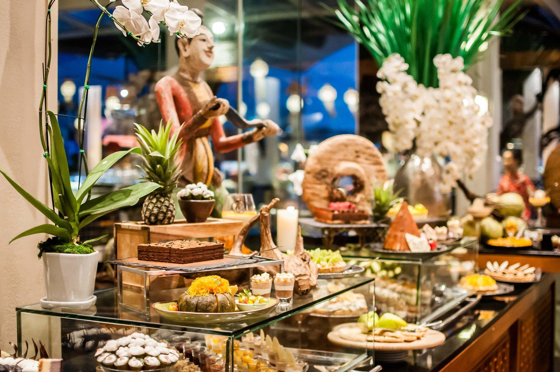 บุฟเฟ่ต์อาหารทะเลนานาชาติและบาร์บีคิวมื้อค่ำ ณ ห้องอาหารริเวอร์ไซด์ เทอร์เรซ โรงแรมอนันตรา ริเวอร์ไซด์ กรุงเทพฯ