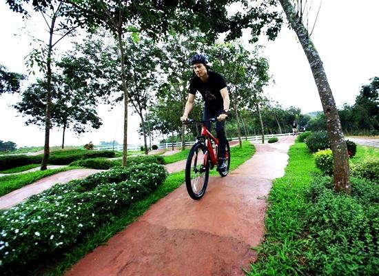 โหนสลิงและขี่จักรยานรอบสวนสิงห์ (เชียงราย)