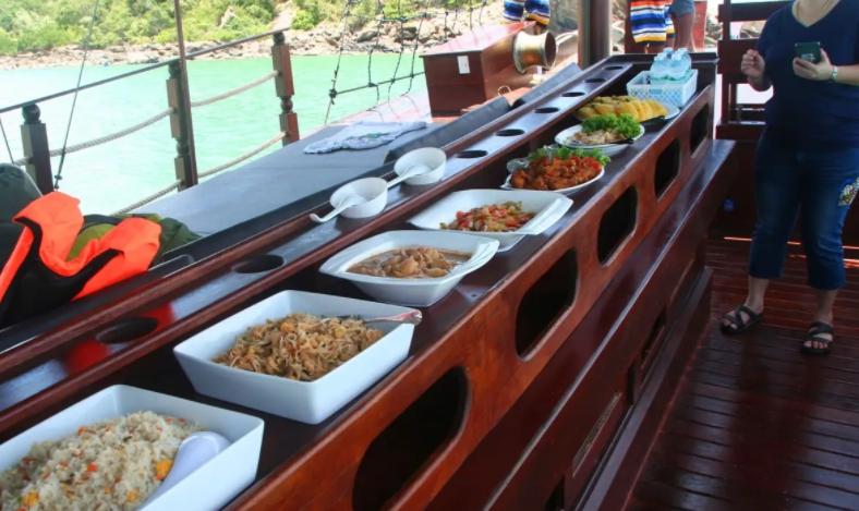 ล่องเรือป้อนอาหารลิง