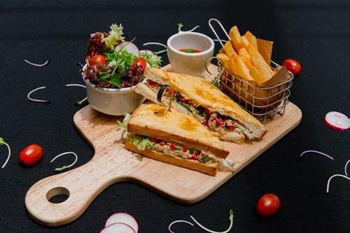 Chỉ với hai điều, Café La Poste đã trở thành điểm đến yêu thích của chị em Tiên Nguyễn, hotnewsstar