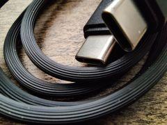 Se stejným kabelem jsme měli tu čest již už drátové verze SXFI Gamer. Povrchová úprava je působivá, zaručuje dostatečnou ohebnost i výbornou tuhost.