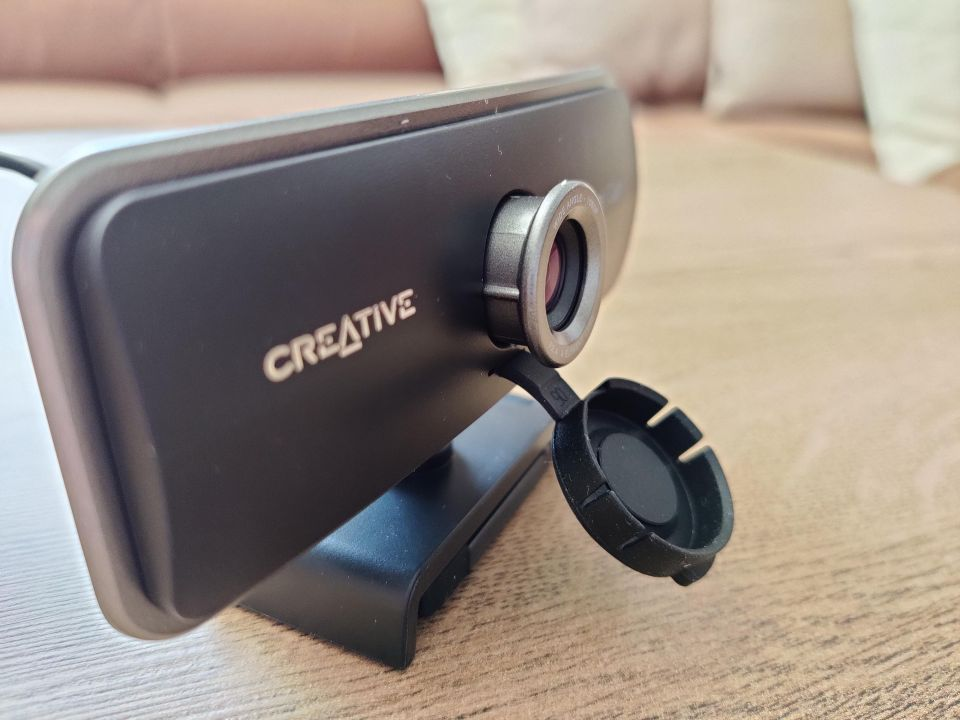 Asi už jste na světě viděli i hezčí webkamery, praktičnost gumové klapky pevně spojené s tělem je ovšem nepřekonatelná.